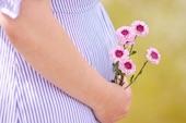 Voici des citations spécialement dédiées aux mères, des poèmes et des proverbes qui rendent hommage à l'amour maternel.