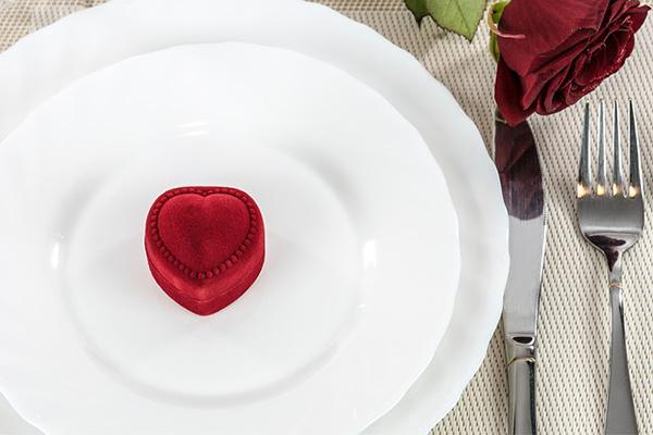 Une demande en mariage au cours d'un dîner romantique