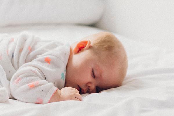 Petit bébé endormi