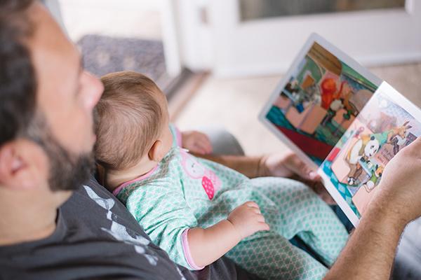 Bébé lit une belle histoire avec son papa