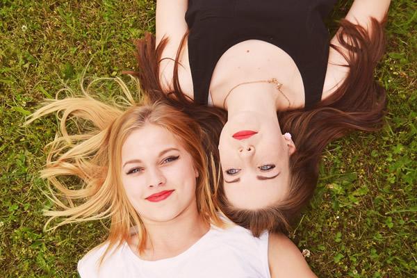 Blonde ou brune, toutes les couleurs de cheveux peuvent être éclaircies