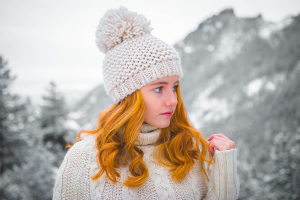 Jeune femme portant un bonnet blanc en laine, photo de Jeremy Thomas