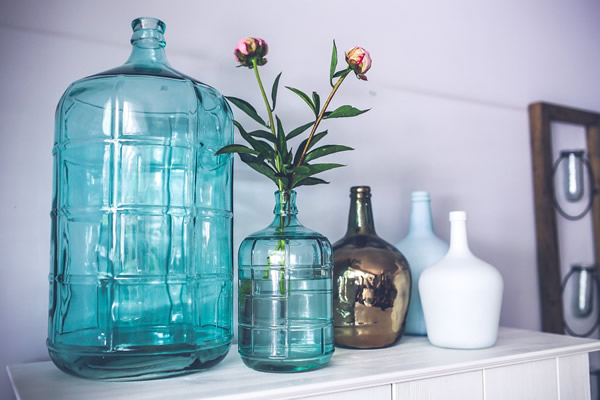 accumulation décorative de carafe et vases