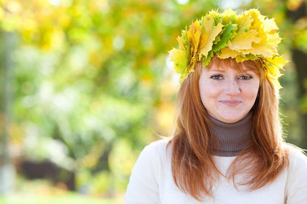 Jeune fille avec chapeau vert