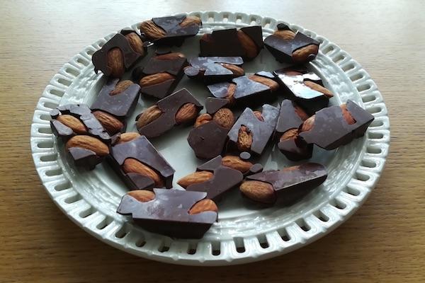 Assiette de chocolats aux amandes