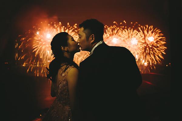 Un couple s'embrasse devant un feu d'artifices
