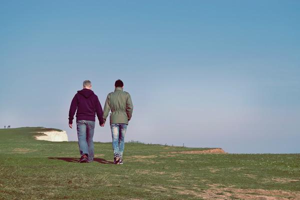 Deux hommes se tiennent par la main