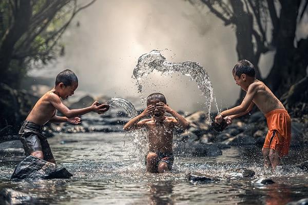 enfants se lavant à la rivière