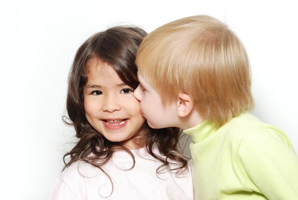 Deux enfants qui s'embrassent