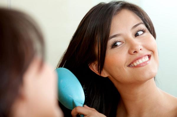 Jeune femme se coiffant