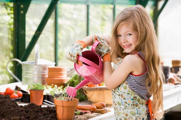 Jolie fillette qui jardine