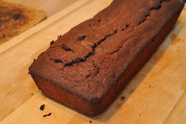 Un gâteau rectangulaire sert de base à la réalisation du train d'anniversaire