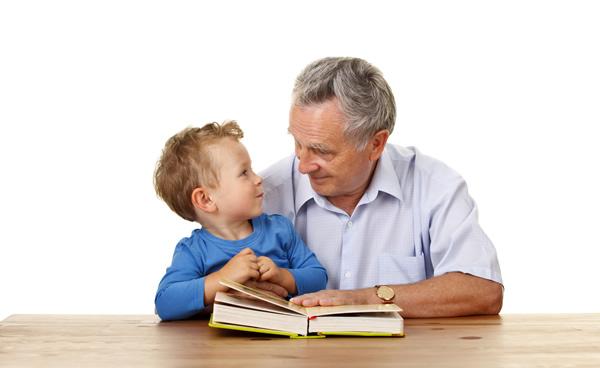 Grand-père et son petit-fils, complices autour d'un livre