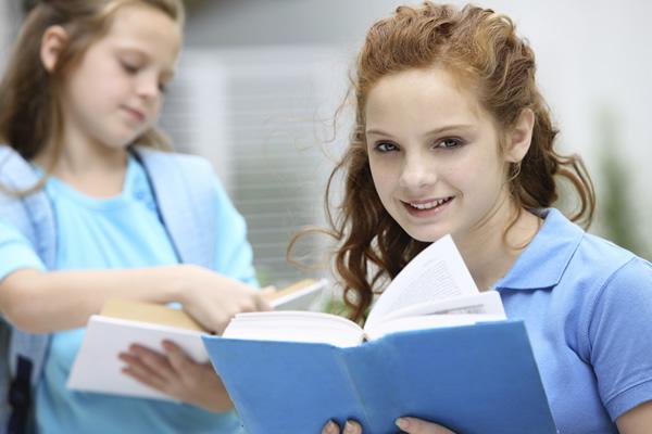 Jeunes filles lisant un livre