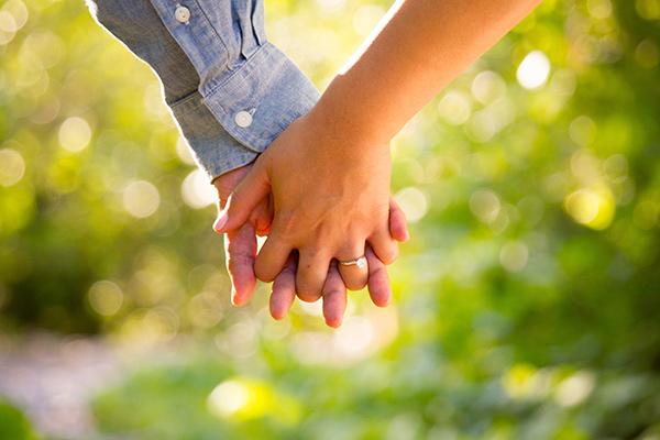 Couple dans la campagne, main dans la main