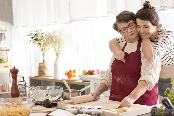 Grand-mère et jeune femme cuisinent ensemble