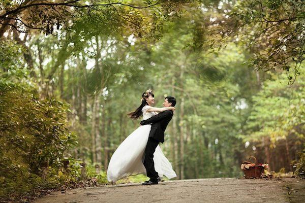 Couple jeune mariés
