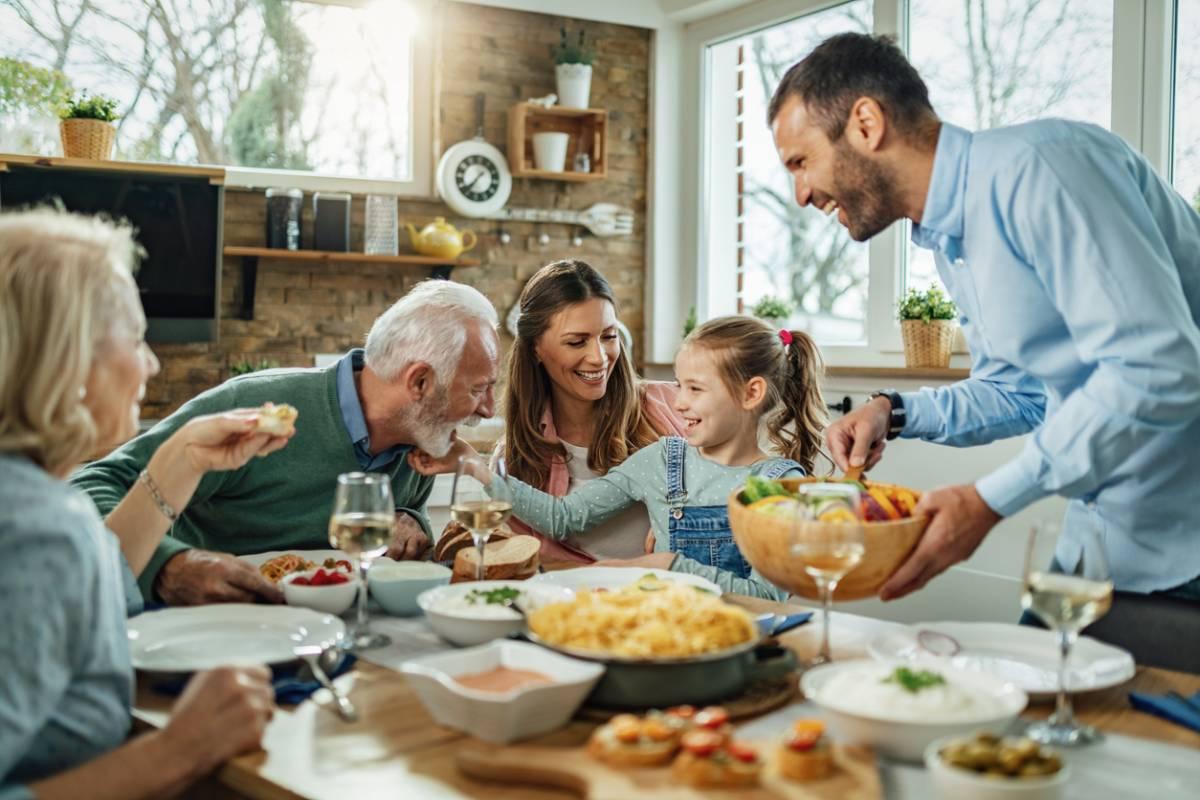 Une famille réunie autour d'une table