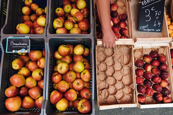 Cagette de pommes au marché