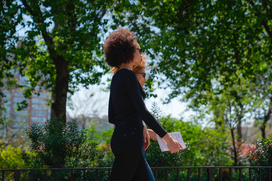 Deux jeunes femmes en promenade dans un parc