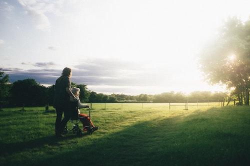Une personne âgée dans un champs