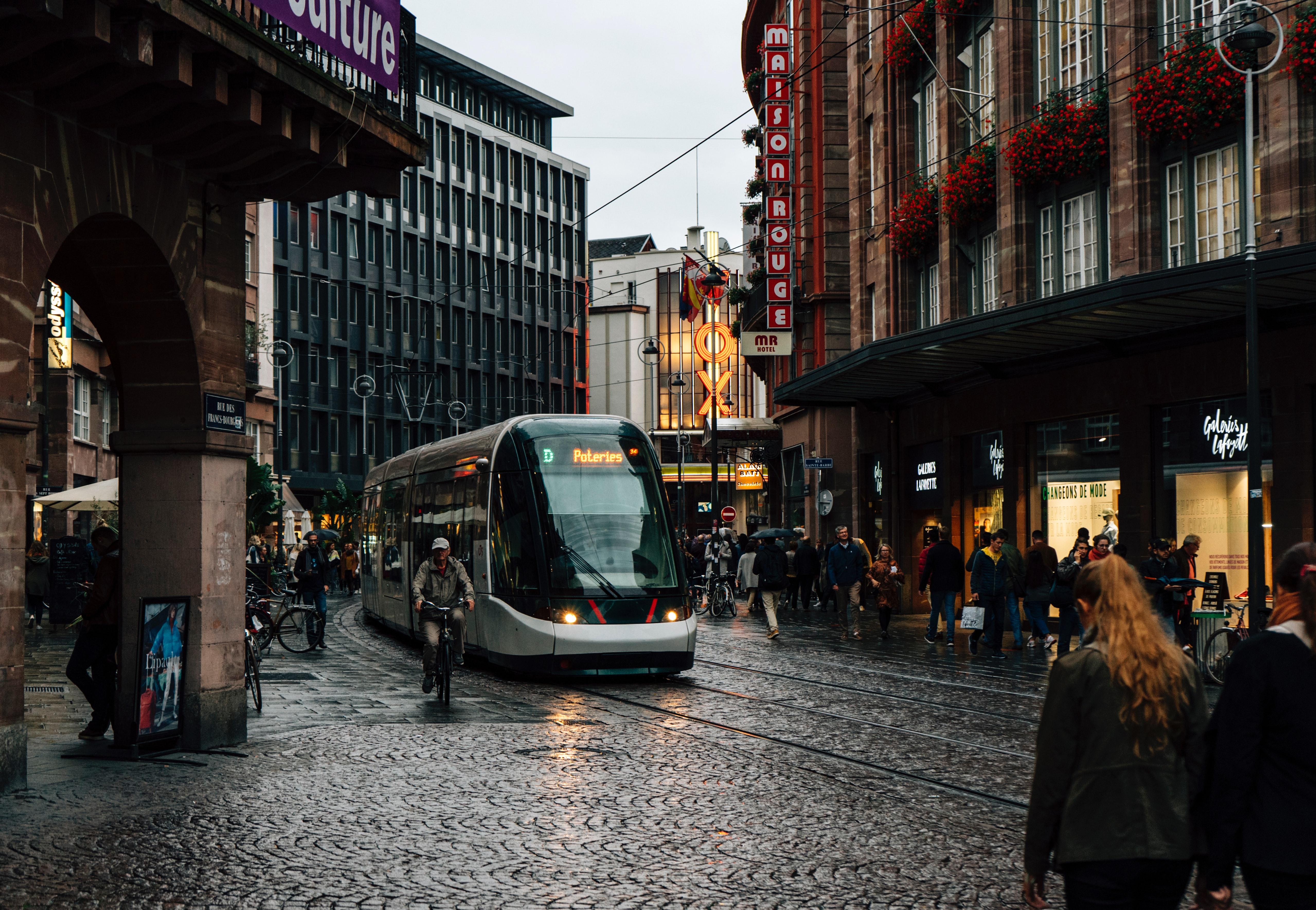 Un tram dans une ville pluvieuse