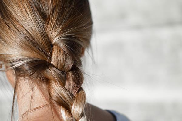Jeune femme aux cheveux tressés