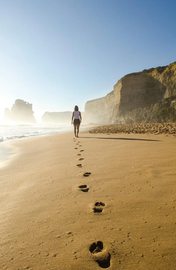 Femme marchant seule sur la plage