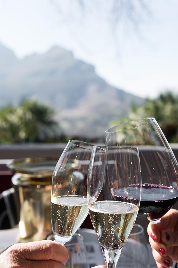 Verre de vin rouge et verres de champagne