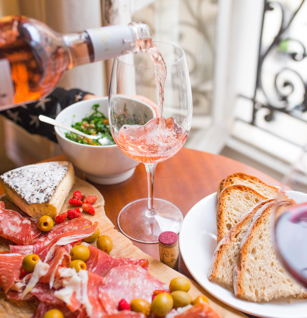 Verre de vin rosé avec plateau de charcuterie