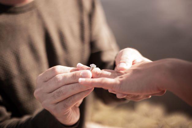 Une photo d'une demande en mariage avec un gros plan sur la bague